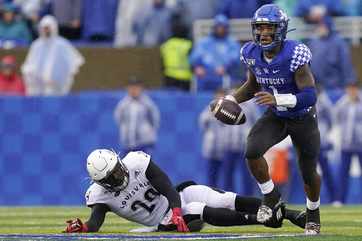 Kentucky quarterback Lynn Bowden Jr. (1) runs the ball during the first half of the NCAA colleg ...