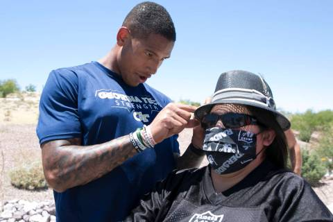 The Las Vegas Raiders tight end Darren Waller signs an autograph for Cynthia Ie, of Las Vegas, ...