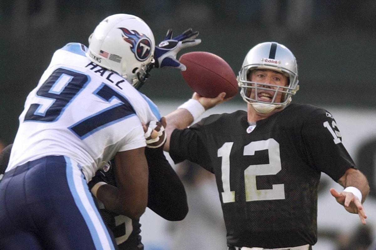 Raiders' quarterback Rich Gannon (12) prepares to throw in the first quarter as Titans' Carlos ...