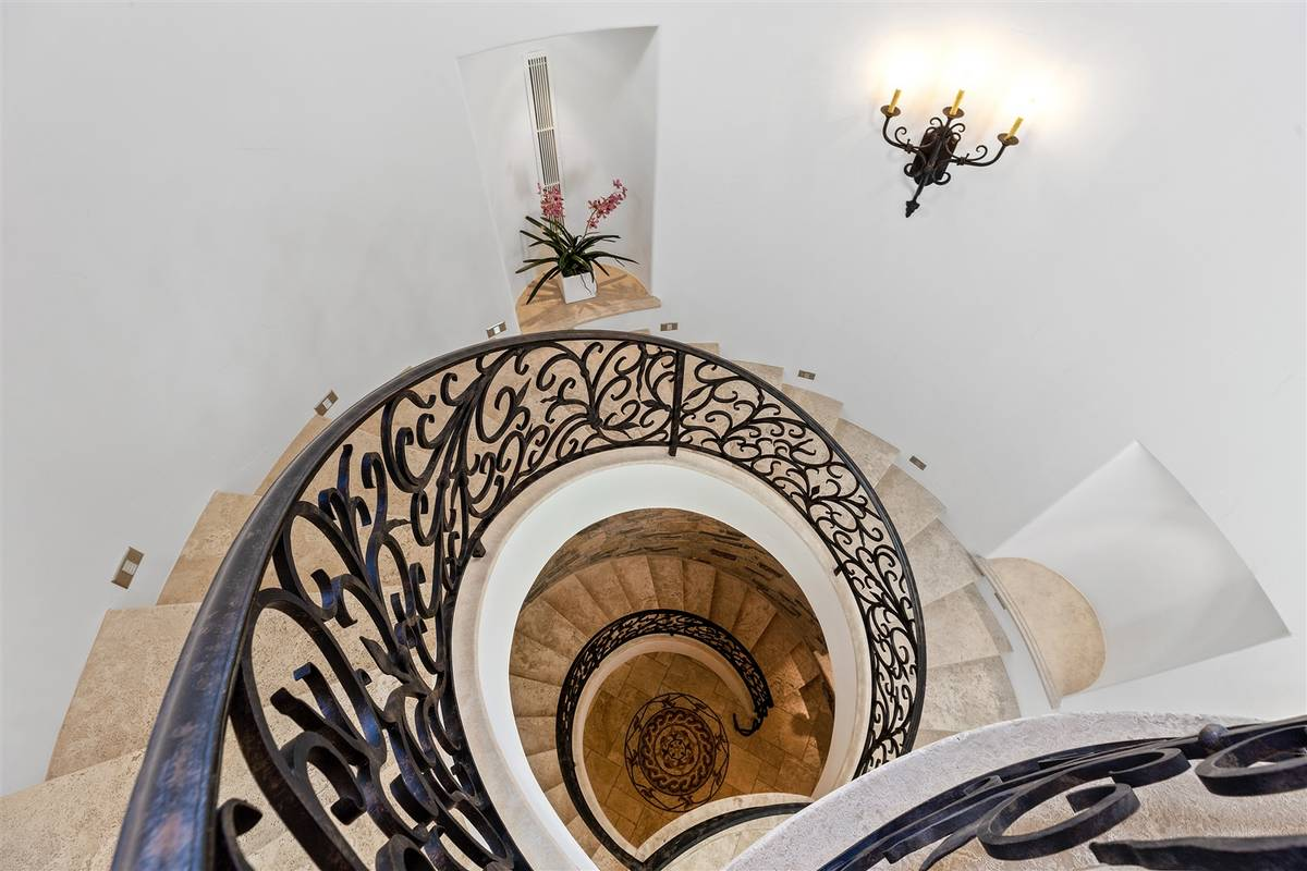 The grand staircase. (Luxurious Real Estate)
