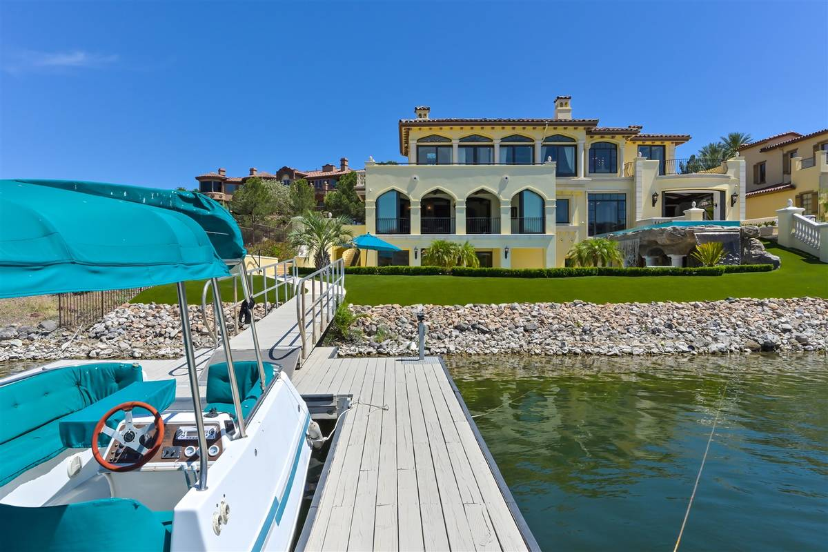 Boat dock. (Luxurious Real Estate)