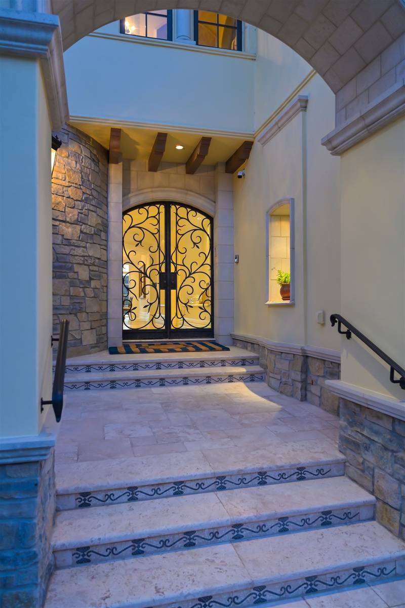 Entrance. (Luxurious Real Estate)