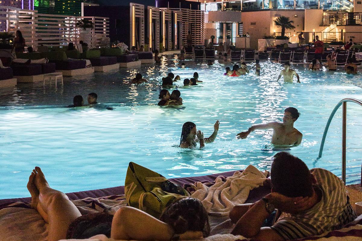 Las Vegas Resort Pools Packed Despite Coronavirus Las Vegas Review Journal