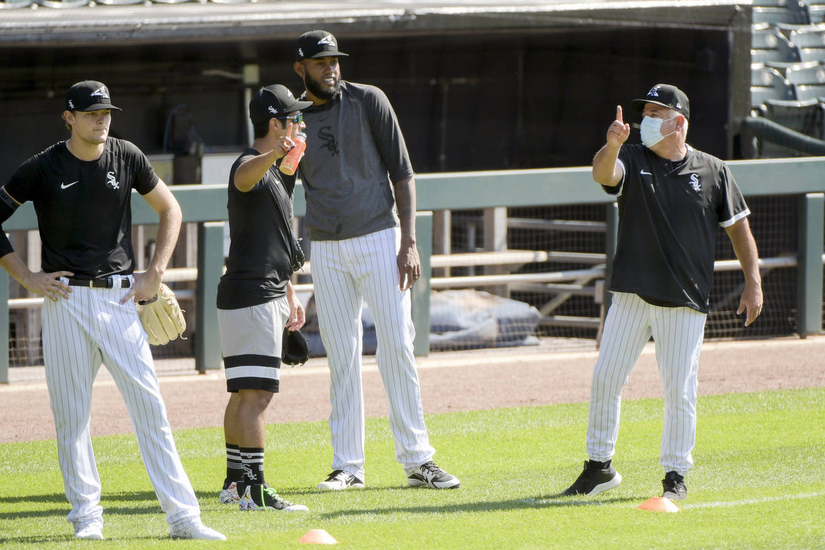 Chicago White Sox manager Rick Renteria, right, talks to pitchers during baseball practice at G ...