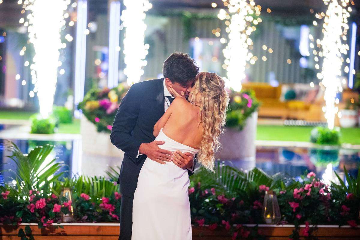 """Zac Mirabelli and Elizabeth Weber in the final episode of """"Love Island"""" on August 7, 2019. (Col ..."""