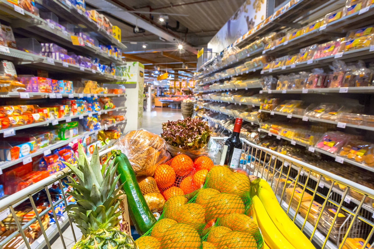 Grocery cart in supermarket (Getty Images)