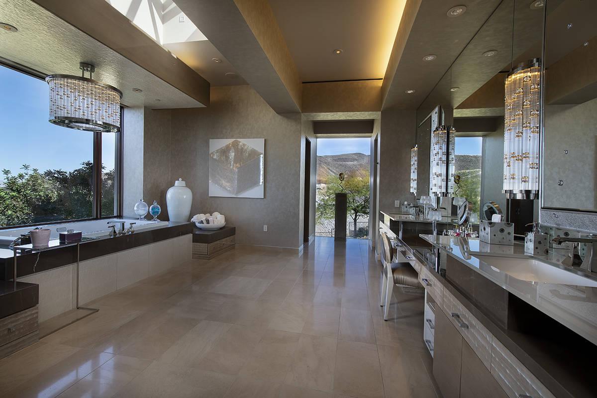 Master bath. (Synergy Sotheby's International Realty)