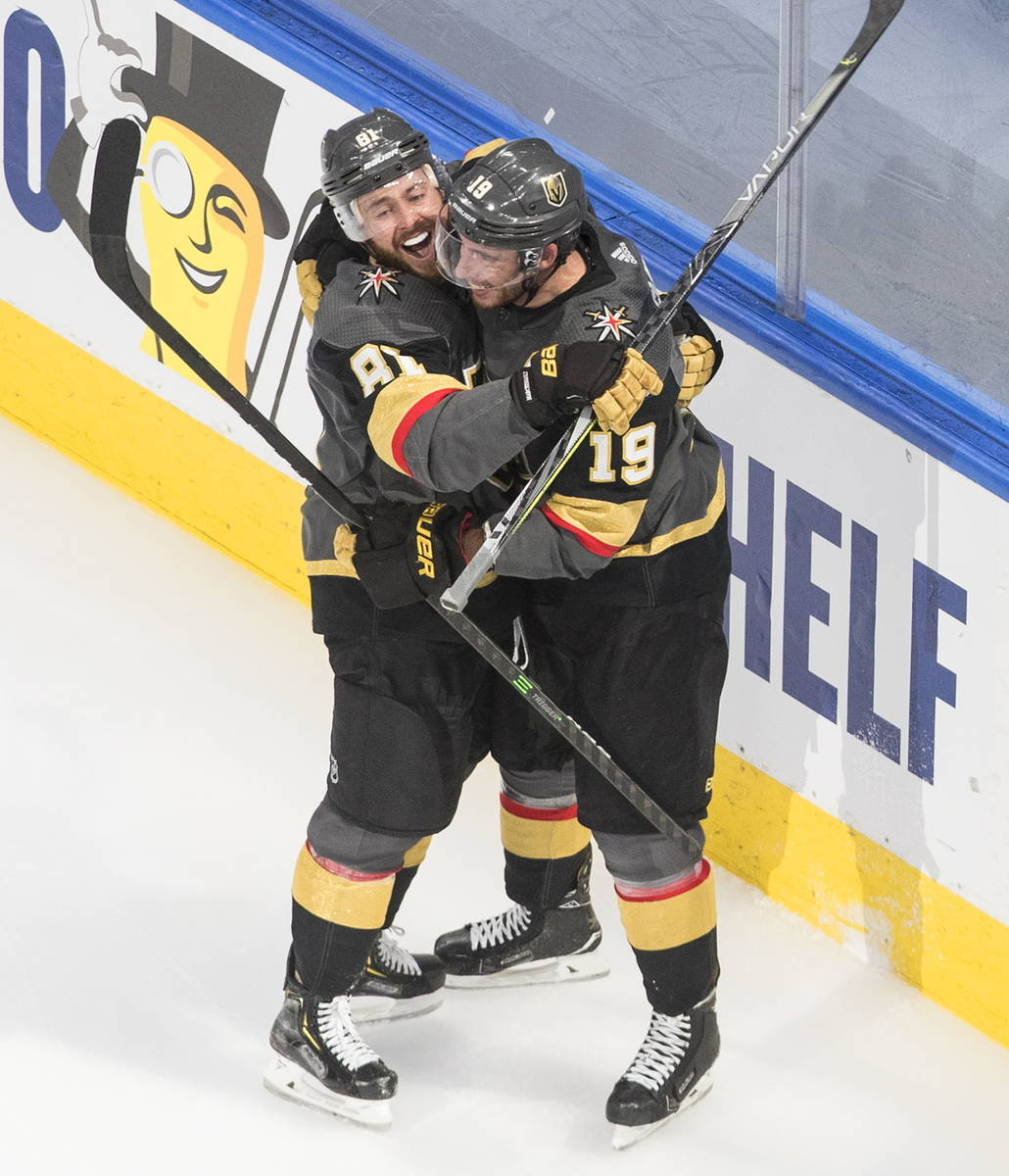 Vegas Golden Knights' Reilly Smith (19) celebrates his goal against the Dallas Stars with Jonat ...