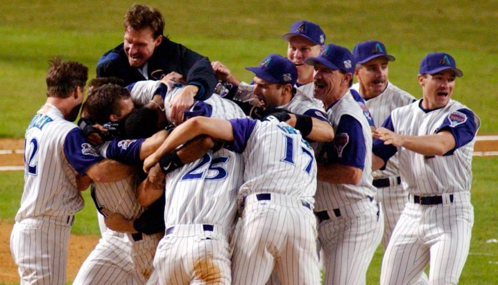 DOSSIER - Dans cette photo d'archive datée du 4 novembre 2001, les Diamondbacks de l'Arizona fêtent leur neuvième manche ...