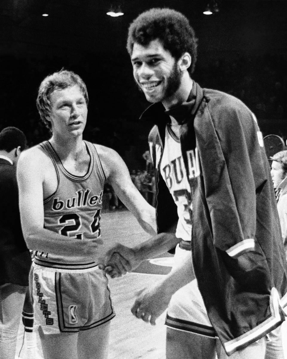 FICHIER - Dans ce fichier photo daté du 30 avril 1971, Lew Alcindor était de Milwaukee Bucks, qui a ensuite été renommé ...