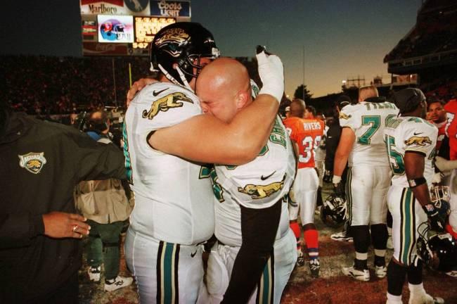 Brian DeMarco de Jacksonville Jaguars (à gauche) et Michael Cheever s'étreignent après leur victoire de 30:27 contre ...