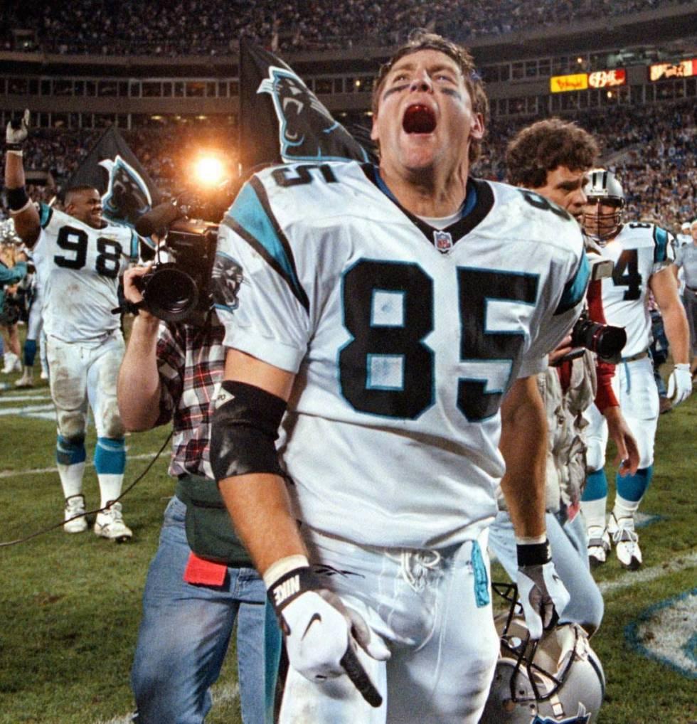 Les Carolina Panthers se rapprochent de Wesley Walls (85) crie pour célébrer les Panthers 26-17 avec ...