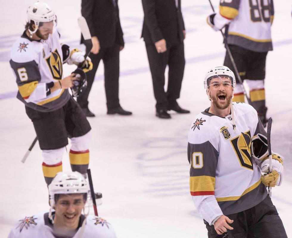 Golden Knights Center Ryan Carpenter (40) célèbre après que Las Vegas ait battu les Jets de Winnipeg 2-1 ...