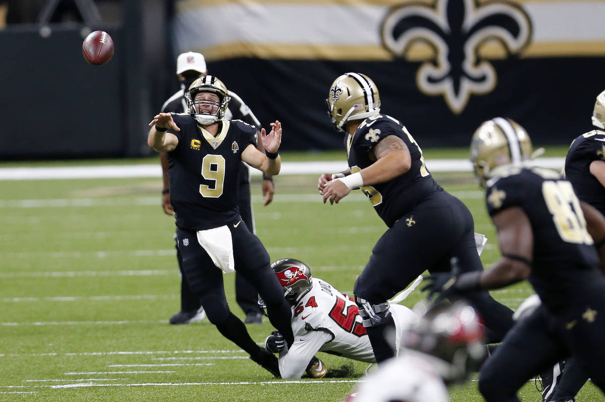 New Orleans Saints quarterback Drew Brees (9) passes under pressure from Tampa Bay Buccaneers o ...