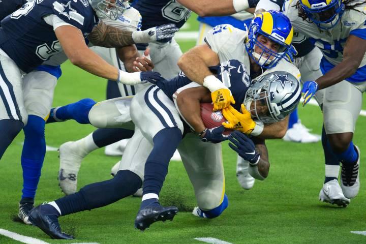 Los Angeles Rams linebacker Troy Reeder, back, tackles Dallas Cowboys running back Tony Pollard ...