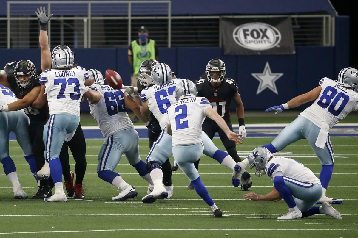 Dallas Cowboys' Greg Zuerlein (2) kicks a field goal in the closing seconds of an NFL football ...