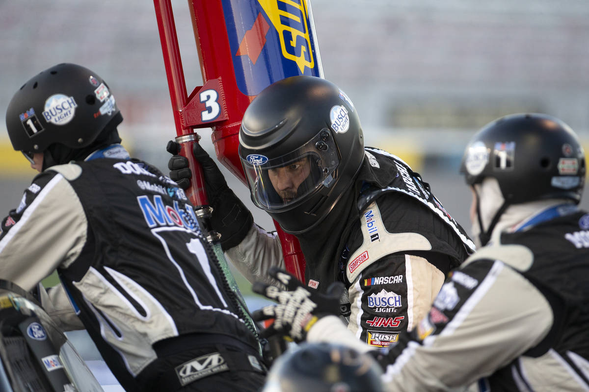 The pit crew for Kevin Harvick (4) services his car duringa NASCAR Cup Series auto race&# ...