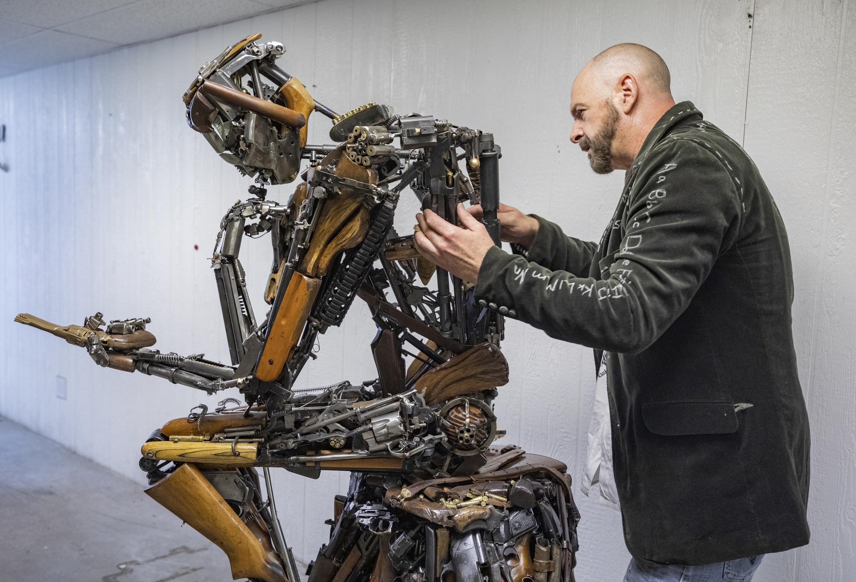 Las Vegas artist creates Oct.1 inspired statue made of 600 guns