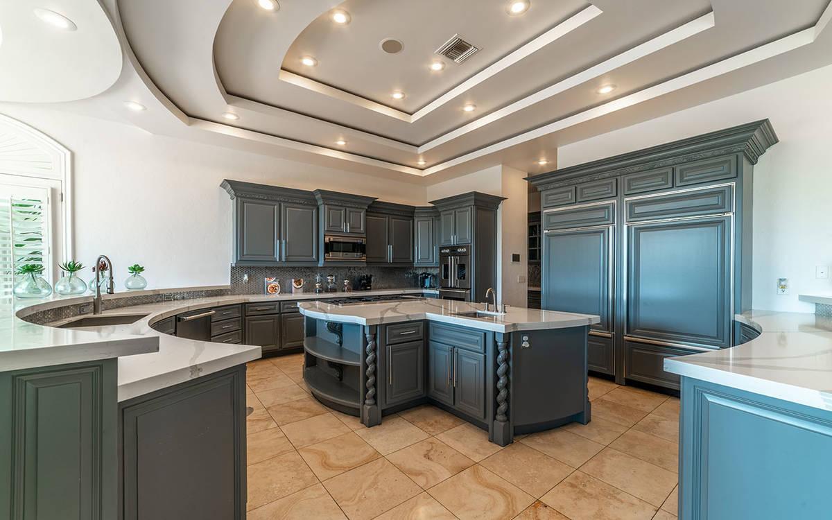 The kitchen. (Luxurious Real Estate)