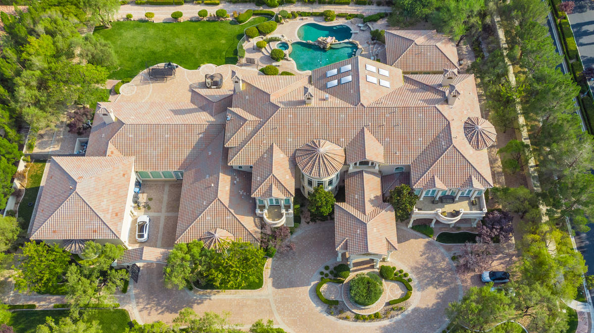 The home measures 20,120 square feet. (Luxurious Real Estate)