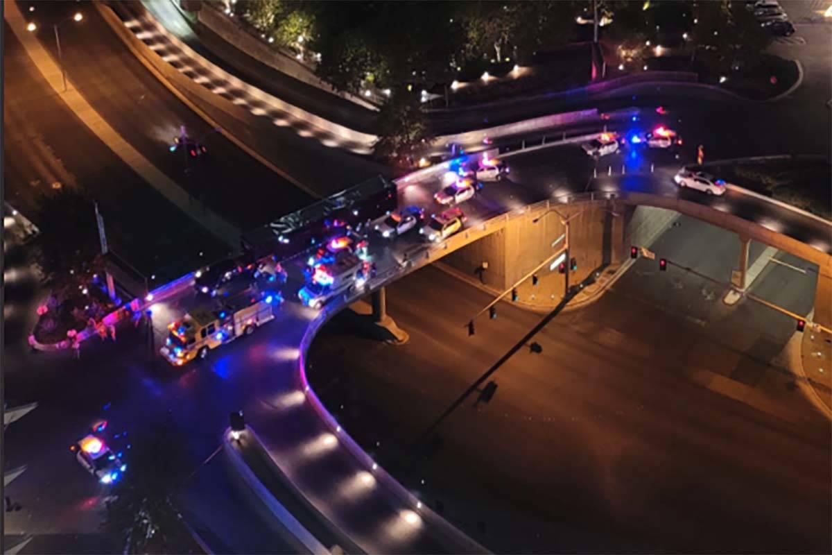 La policía de Las Vegas responde a un tiroteo en la zona de estacionamiento del Aria el martes ...