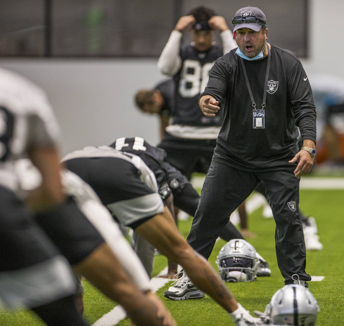 Las Vegas Raiders defensive coordinator Paul Guenther instructs a player during warm ups at the ...