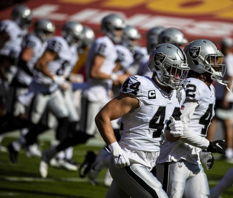 Las Vegas Raiders inside linebacker Nick Kwiatkoski (44) leads warm ups before the start of an ...
