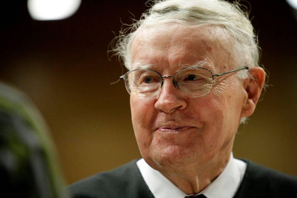 El juez de distrito de los Estados Unidos Lloyd D. George es visto durante una ceremonia de nat ...