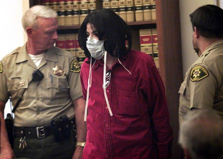 Michael Jackson arrives to testify in Santa Maria ,Calif., Superior Court Nov 13, 2002 where he ...