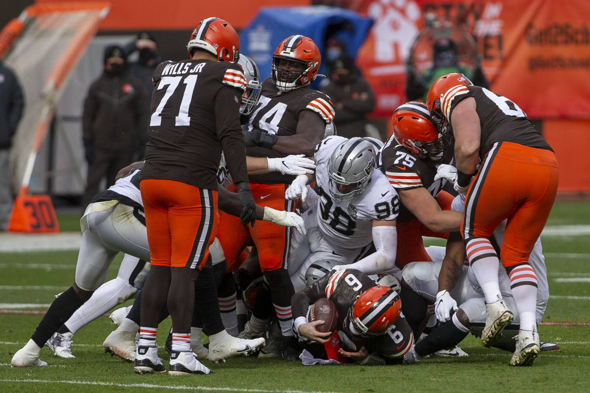 Cleveland Browns quarterback Baker Mayfield (6) converts a 4th down on a quarterback sneak 1st ...