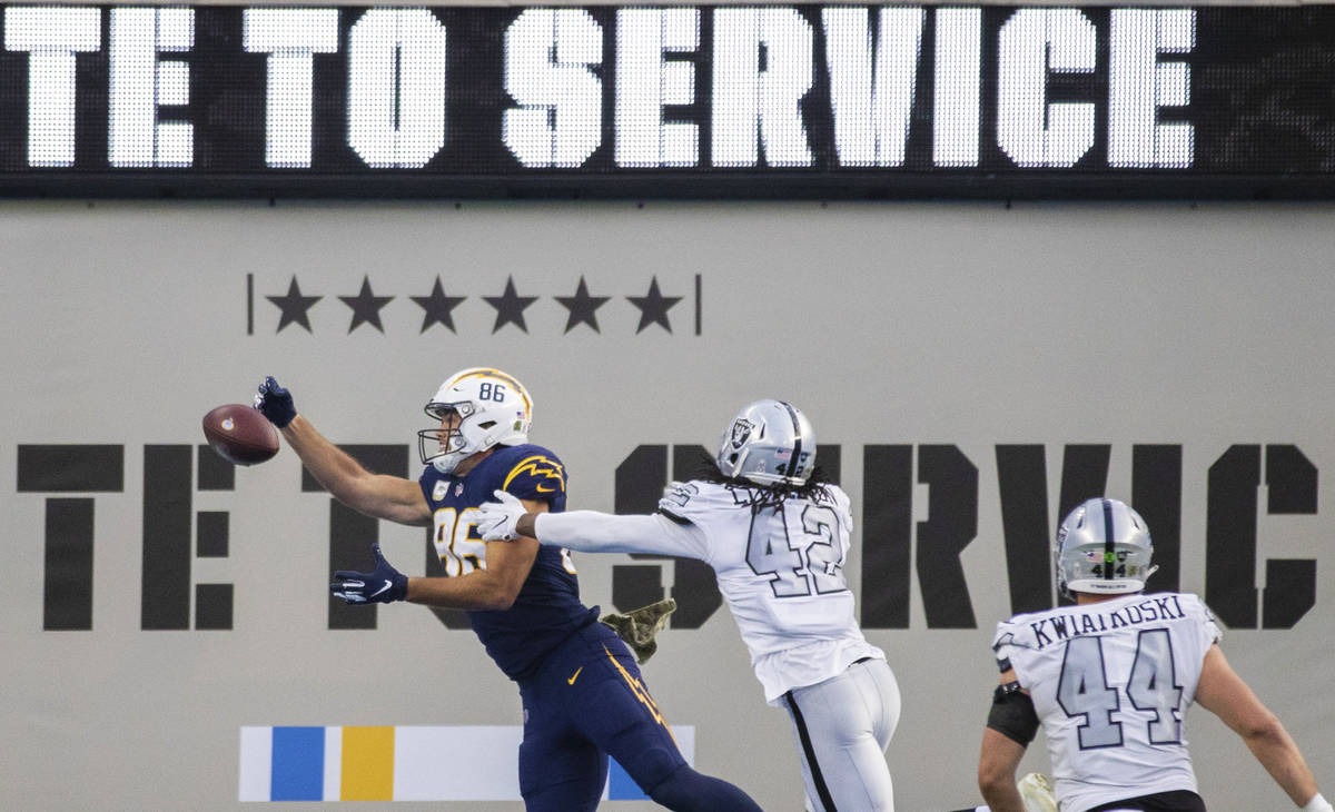 Los Angeles Chargers tight end Hunter Henry (86) tries to bring in a touchdown pass over Las Ve ...