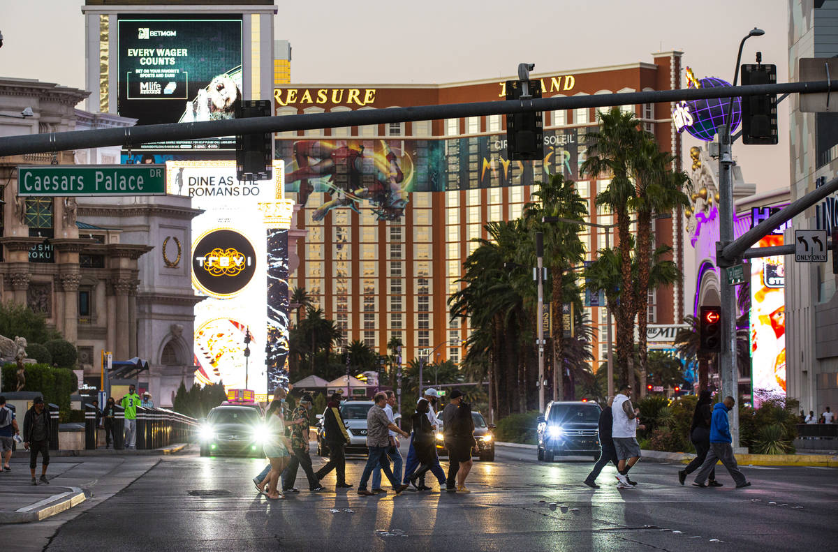 People cross the Las Vegas Strip on Thursday, Nov. 19, 2020. (Chase Stevens/Las Vegas Review-Jo ...