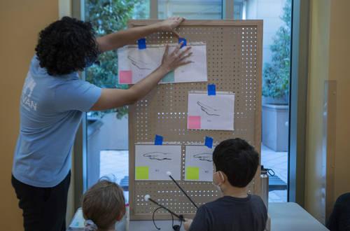 Las Vegas Philharmonic instructor Christopher Vivas teaches children at the Discovery Children' ...