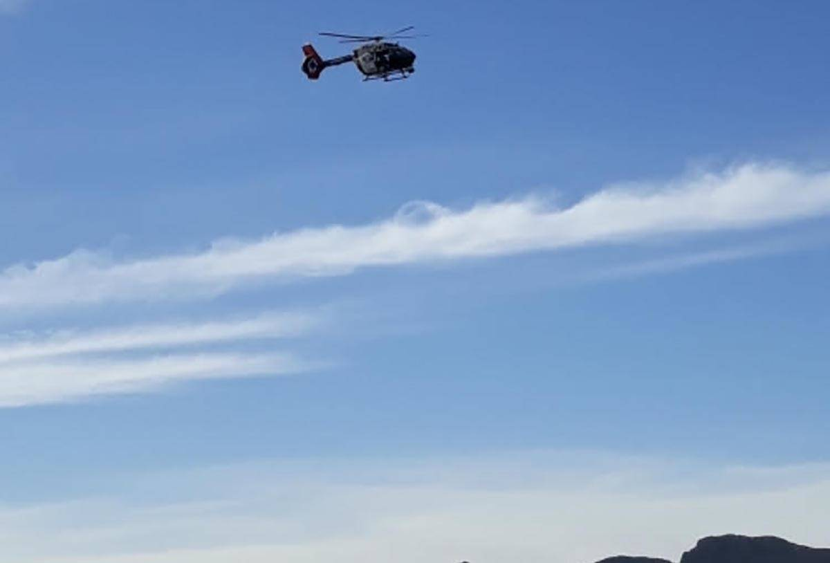 A Las Vegas Metropolitan Police Department leaves the Shadow Mountain area after two hikers wer ...