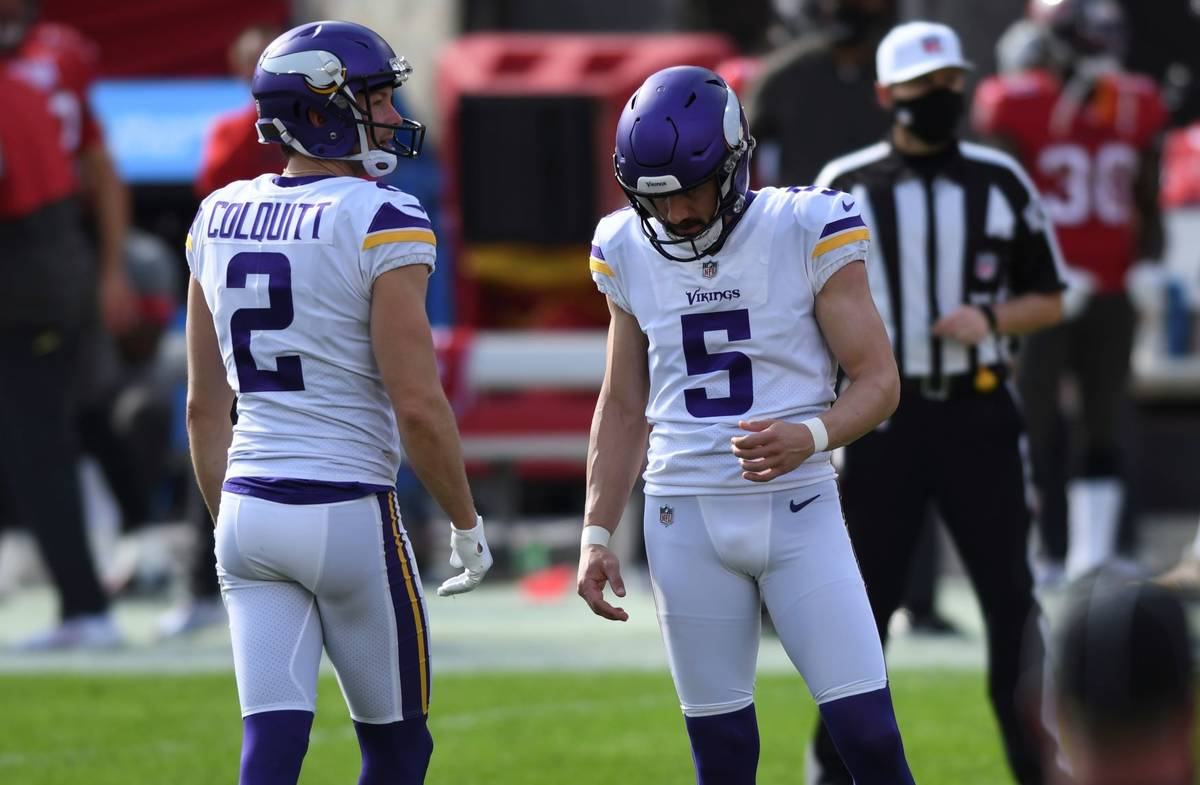Minnesota Vikings' Dan Bailey (5) reacts with holder Britton Colquitt (2) aftermissing a field ...