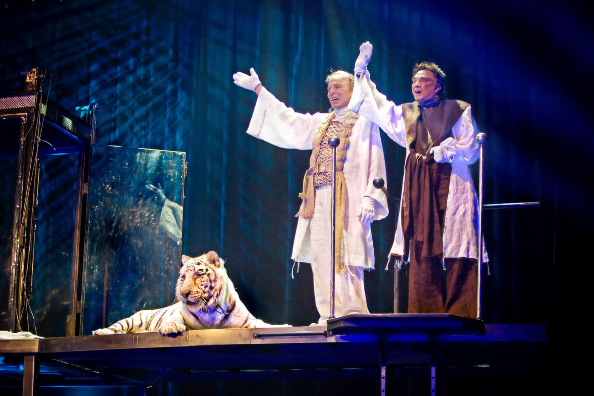 Siegfried Fischbacher, left, and Roy Horn take a final bow with their tiger Montecore after giv ...