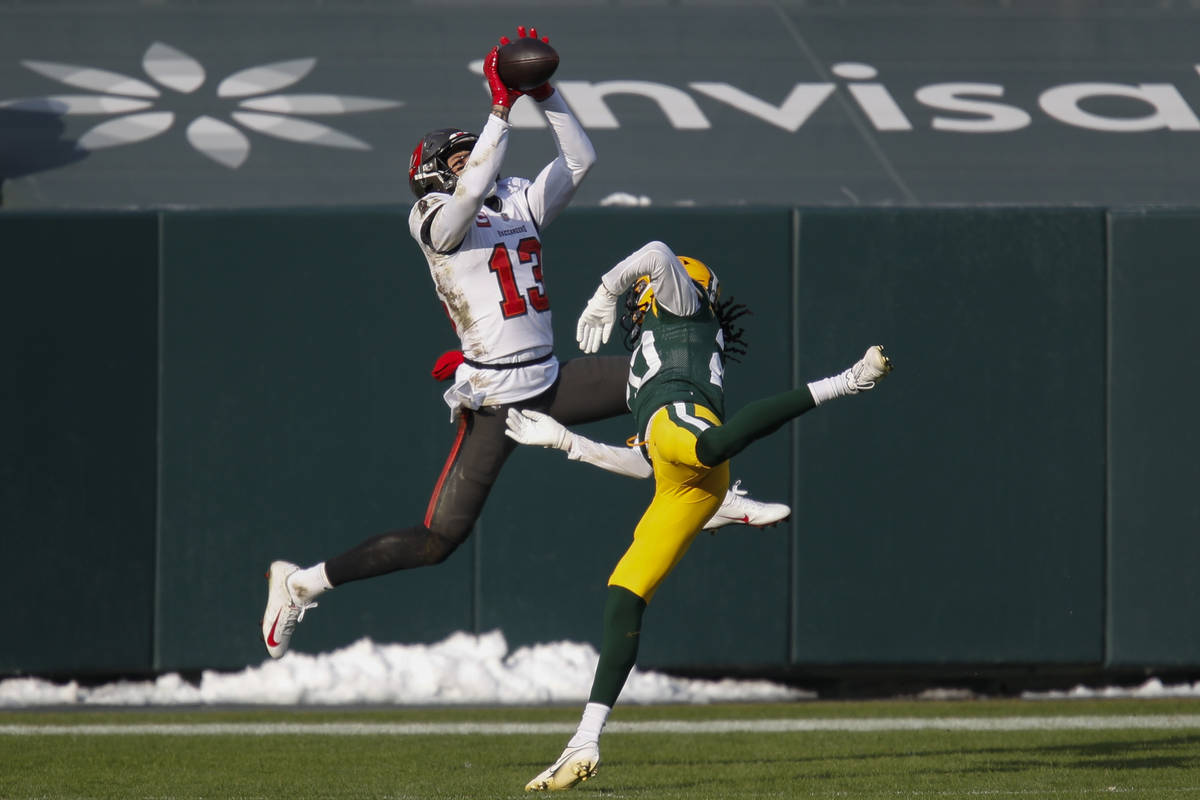 Tampa Bay Buccaneers' Mike Evans grabs a 15-yard touchdown pass against Green Bay Packers' Kevi ...