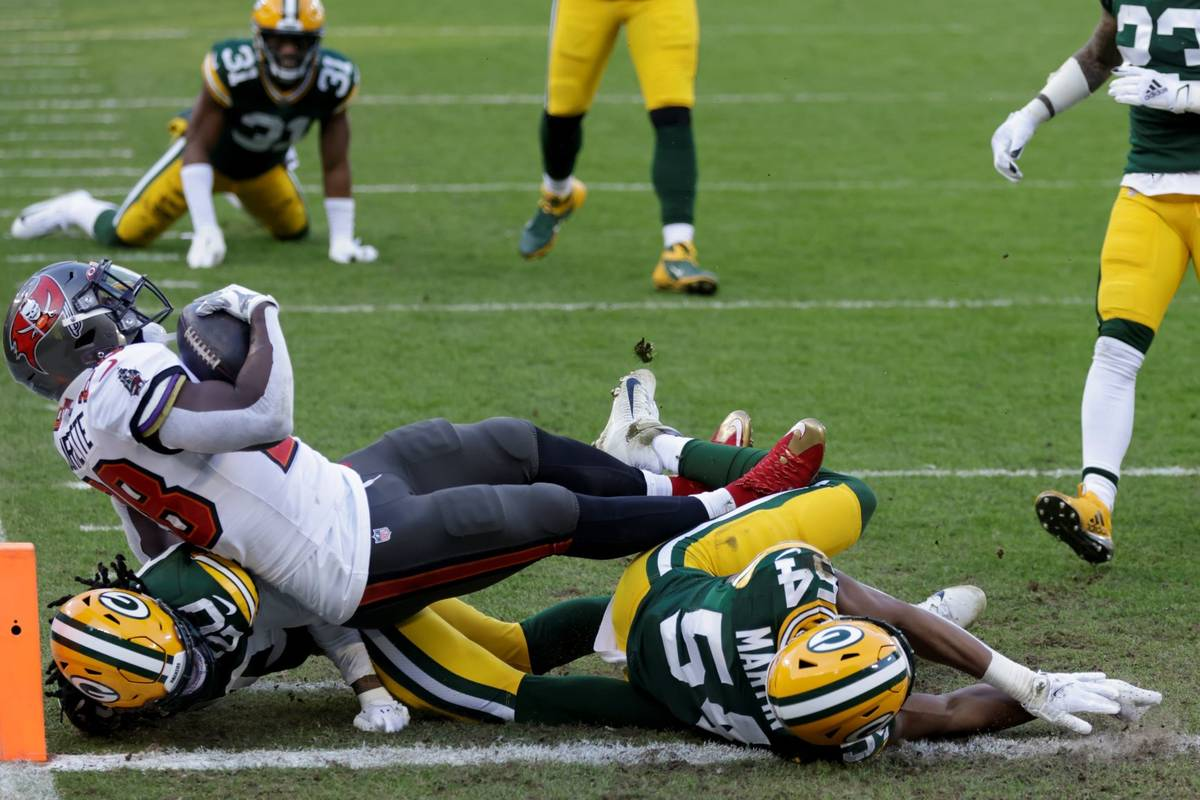 Tampa Bay Buccaneers' Leonard Fournette (28) scores on a 20-yard touchdown run against the Gree ...