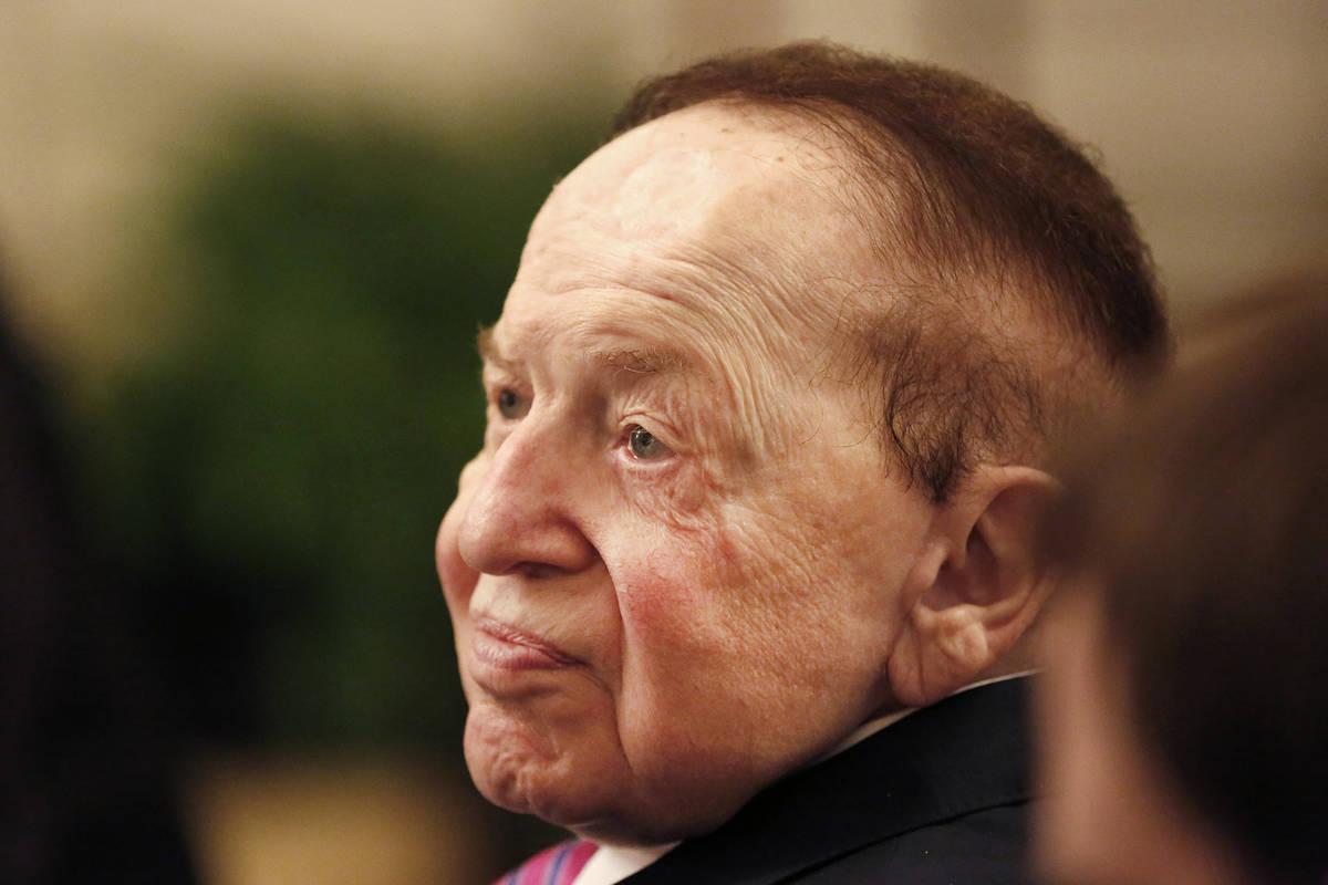 Sheldon Adelson observa cómo el presidente Donald Trump entrega a su esposa, Miriam, una Medal ...