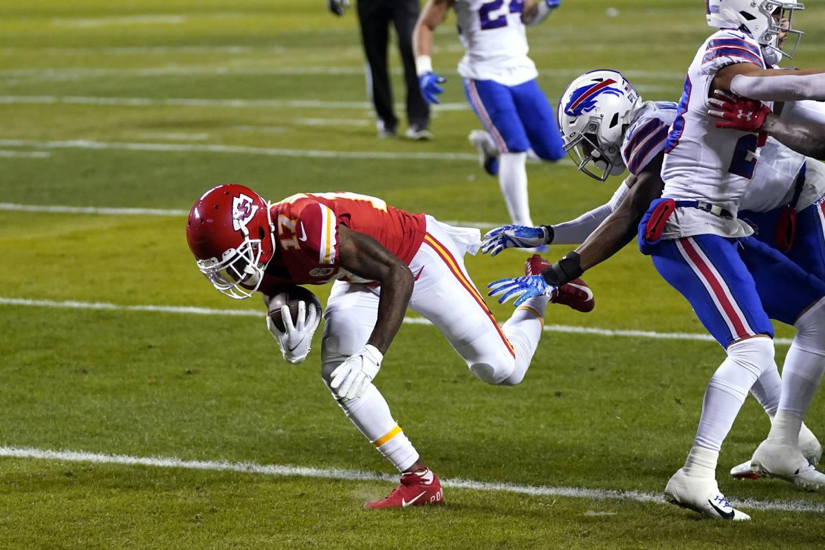 Kansas City Chiefs wide receiver Mecole Hardman, left, catches a 3-yard touchdown pass during t ...