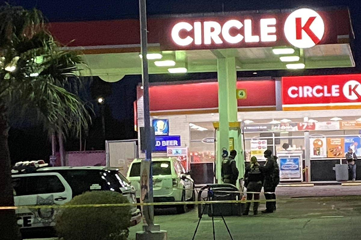 Las Vegas police officers investigate a homicide at a Circle K convenience store on Monday, Mar ...