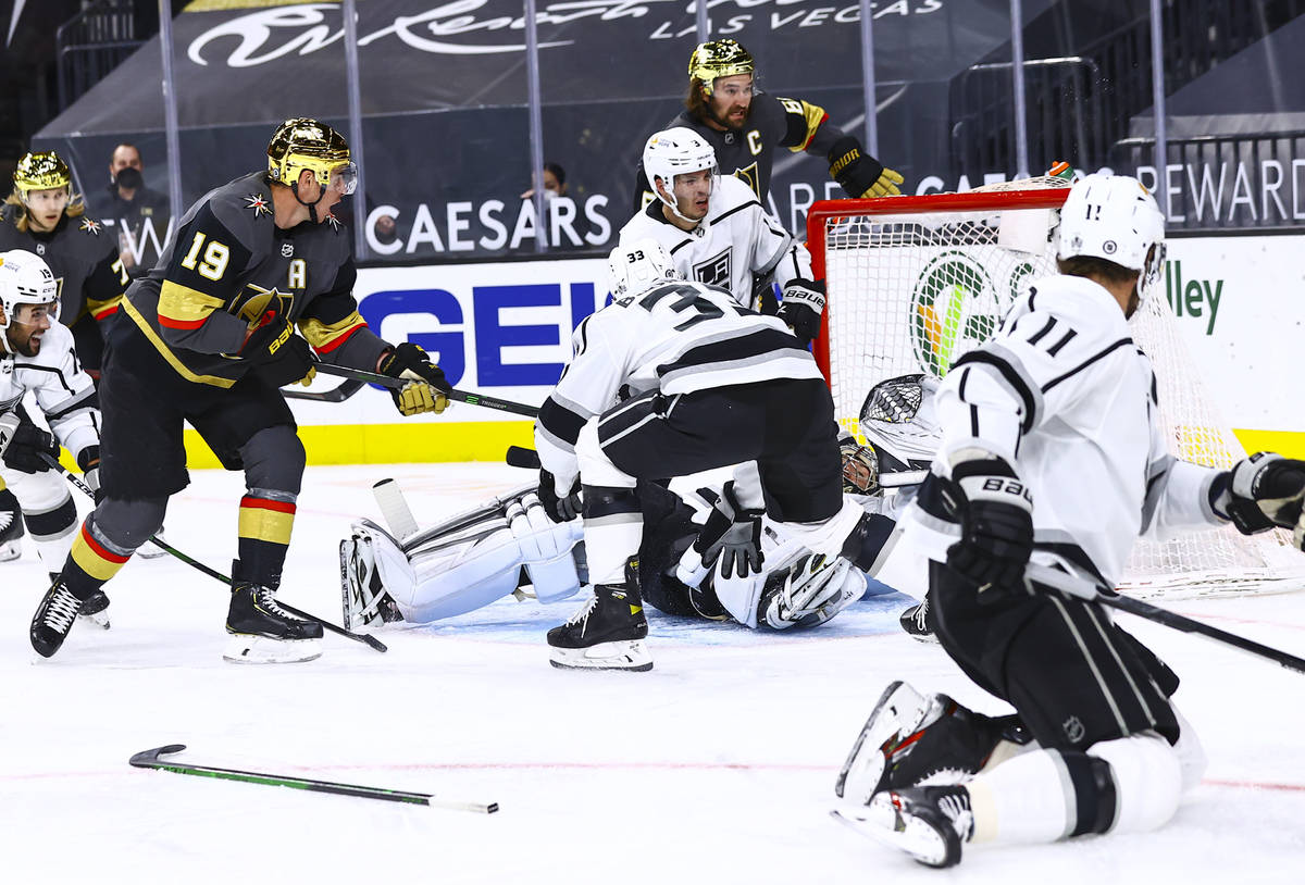 Golden Knights' Reilly Smith (19) scores past Los Angeles Kings goaltender Jonathan Quick and d ...