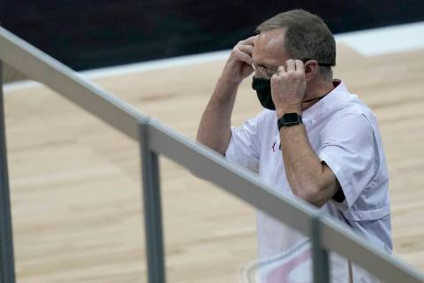 Oklahoma coach Lon Kruger adjusts his mask during the first half of the team's NCAA college bas ...