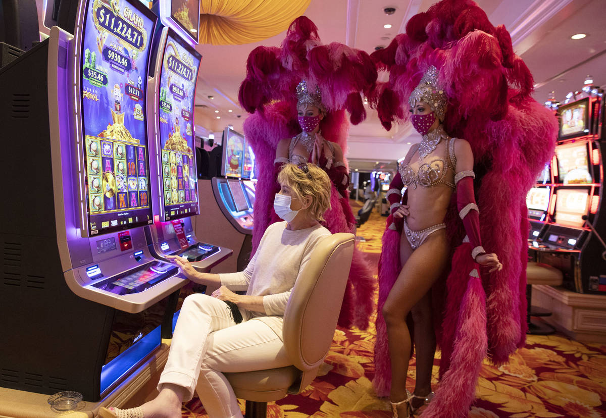 Guest of honor Cheryl Mercereau of Denver, Colo., flanked by show girls Ciara Cornett, left, an ...