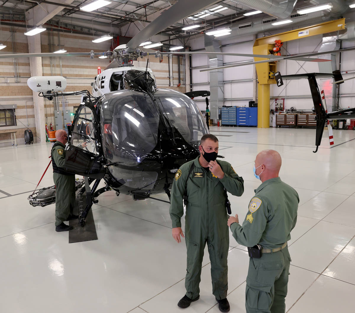 Las Vegas police Air and Rescue Operations Director Steve Morris, second from left, talks to Sg ...
