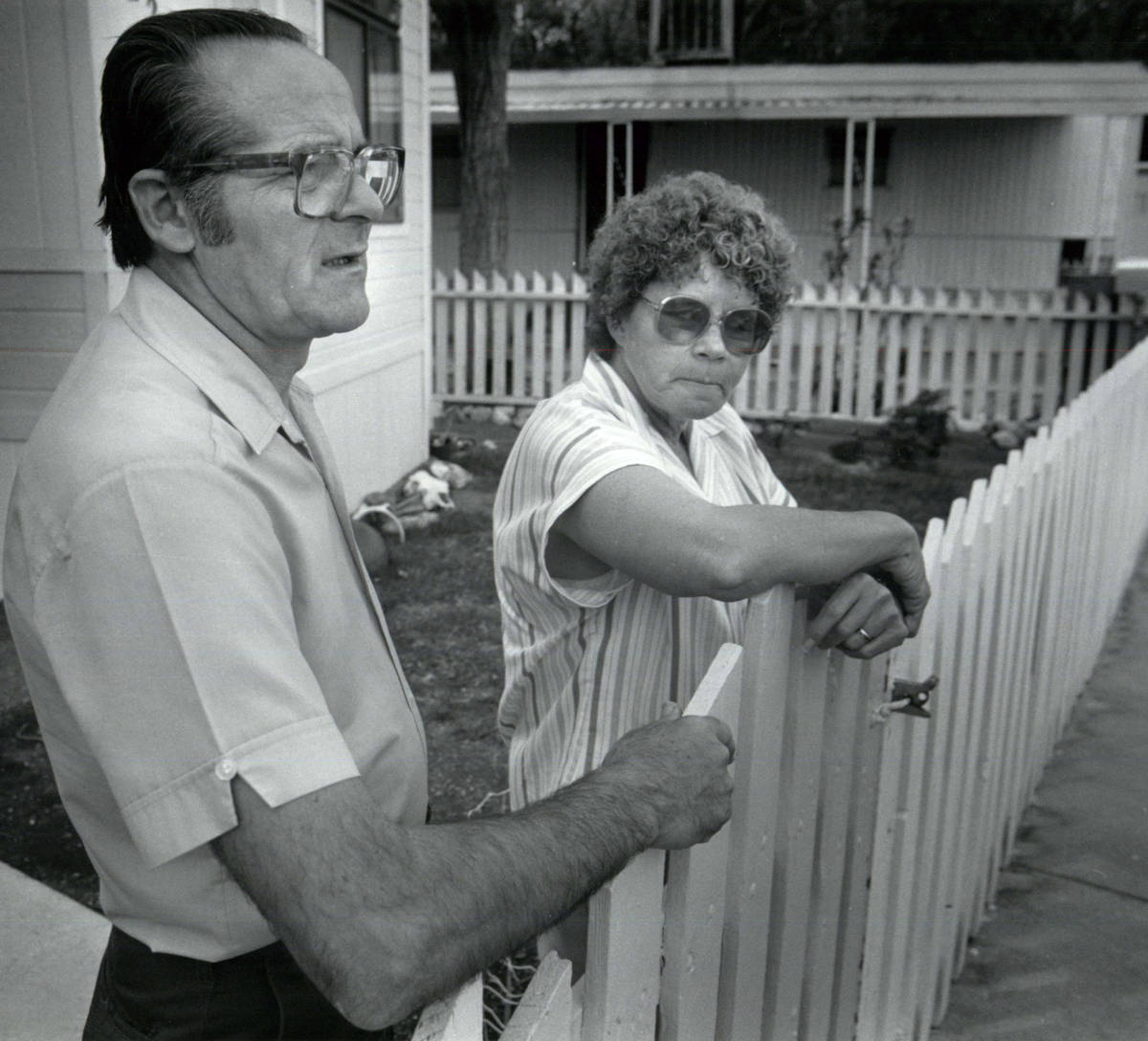 Residents close to the leak stand outside a home on May 6, 1991, in Henderson. (Las Vegas Revie ...