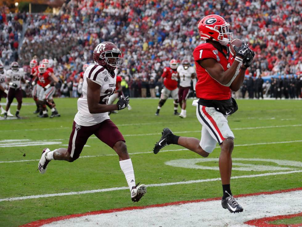Georgia wide receiver George Pickens (1) makes a catch for a touchdown as Texas A&M defensive b ...
