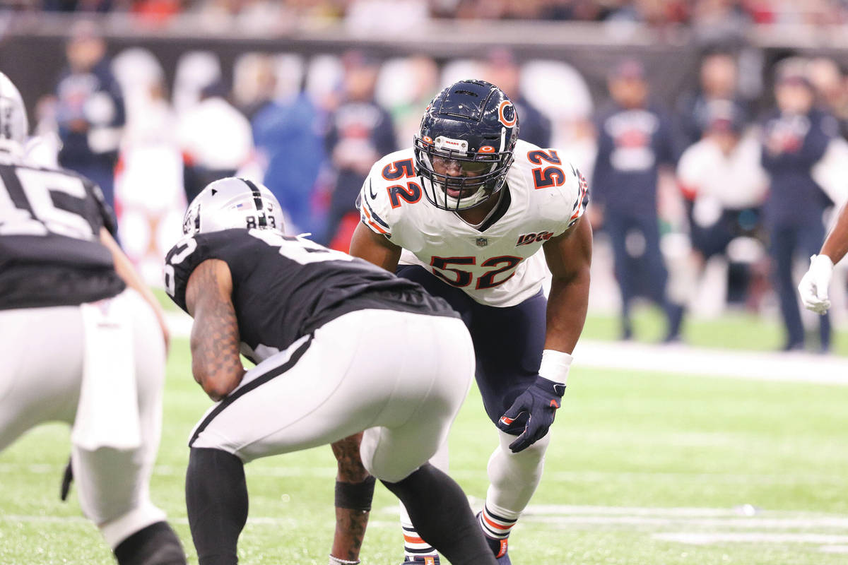 Chicago Bears outside linebacker Khalil Mack (52) sets up opposite Oakland Raiders tight end Da ...
