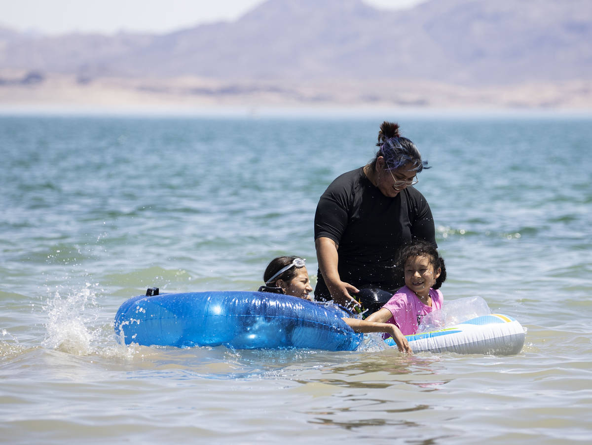 Sandy Bianfranco, 12, left, and her sister Belen, 6, both of Los Angeles, play with their cousi ...