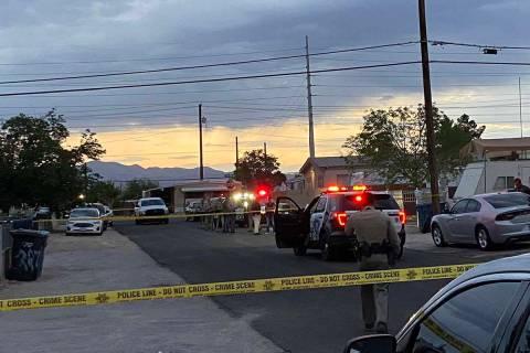 Las Vegas police investigate a homicide in east Las Vegas. (Glenn Puit)